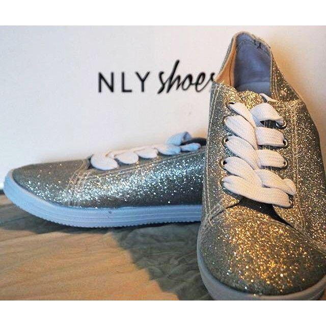 Nya helt oanvända silvriga skor från Nelly. Perfekt nu i sommar för dig som vill glänsa lite extra.  Pris 50 kr. Storlek 38. #firstlookse #firstlookshoes #skor #biligtbloppis #loppis #loppisstockholm #bloppis #bloppissverige #kläder #klädersäljes