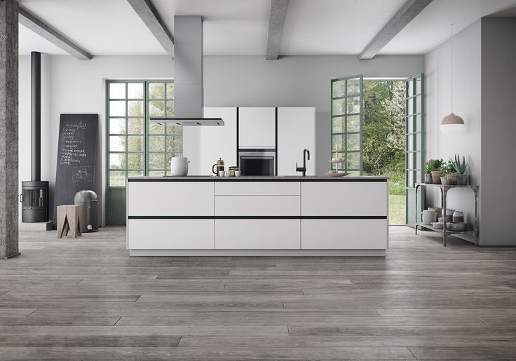 The horizontal and vertical profiles give your kitchen a sharp look in a design that will stand the test of time. The scratch-resistant foil for the aluminium profiles is available in 10 different colours and you can easily change the foil yourself to vary the look of your Tinta kitchen. This kitchen is with black aluminium profile, and a light laminate worktop.