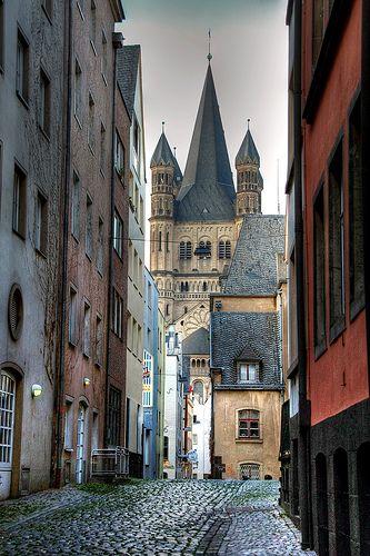 Unterhalb diesem wunderschönen Stadtteil legen die Schiffe der KD zum Nightlife-Angebot ab. Altstadt Köln, Germany