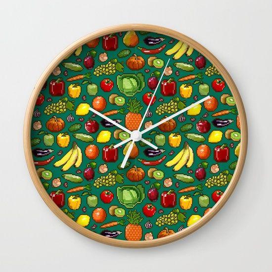 Набор пикселей изображения овощей и фруктов на зеленом фоне. Настенные Часы