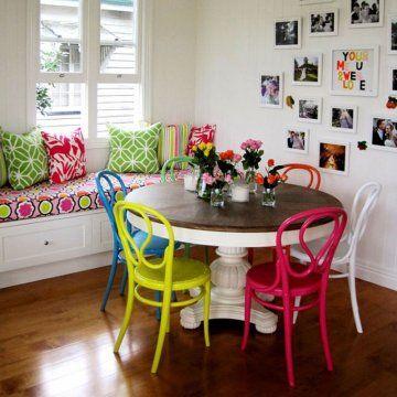 Γγρ│ Gaieté lumineuse des couleurs vives autour d'une table traditionnelle ancienne au pied peint en blanc et au plateau en bois massif.