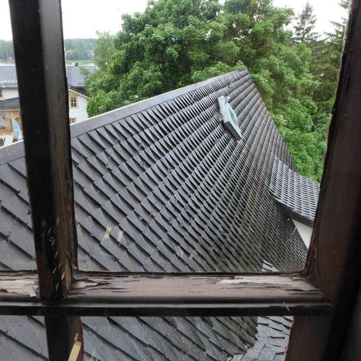 Tarvaspään tornista pääsee hyvin toteamaan kuinka jyrkkä linnamaisen katoksen katto on. Paanukate vaatiikin jyrkän kattomuodon loivalla kattokulmalla katolle jäävä lumi ja myrskysade pääsisivät kastelemaan kattorakenteita liiaksi. Katto oli uudelleentervattu tänä kesänä ja on kaikin puolin priiman näköinen!