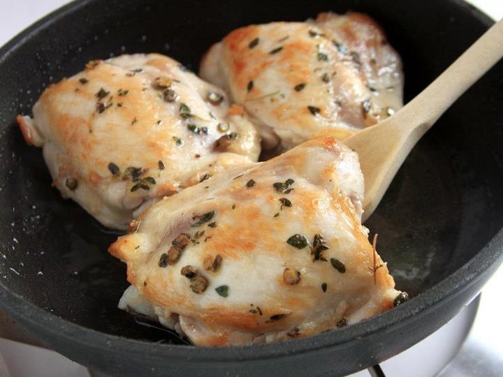 POLLO CON BARBA DEI FRATI 2/5. Fatele rosolare in una padella antiaderente a fuoco vivace e bagnatele con un poco di vino bianco. Coprite e continuate la cottura per 10 minuti a fuoco basso, unendo (al bisogno) un poco d'acqua. #ricette #cucina #food #kitchen #wine #pollo #chicken    http://www.fileni.it/Pollo_con_barba_dei_frati