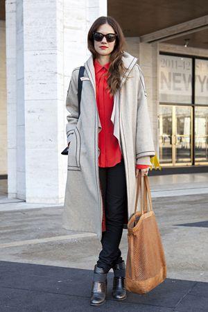ロアン・アダムズ(Roanne Adams)さん  「RoAndCo Studio」クリエイティブ・ディレクター    コート: ヴィンテージ  シャツ: Max Azria(マックス アズリア)  パンツ: Acne(アクネ)  シューズ: VPL by Victoria Bartlett(VPL バイ ヴィクトリア バーレット)  サングラス: Céline(セリーヌ)