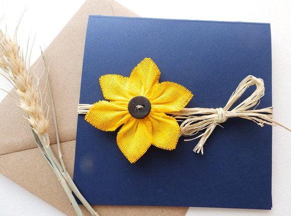 Eine einfache und schöne dunkle blau Sackleinen Hochzeitseinladung mit handgefertigten Sonnenblumen und natürliche Raffia. Ich habe einen