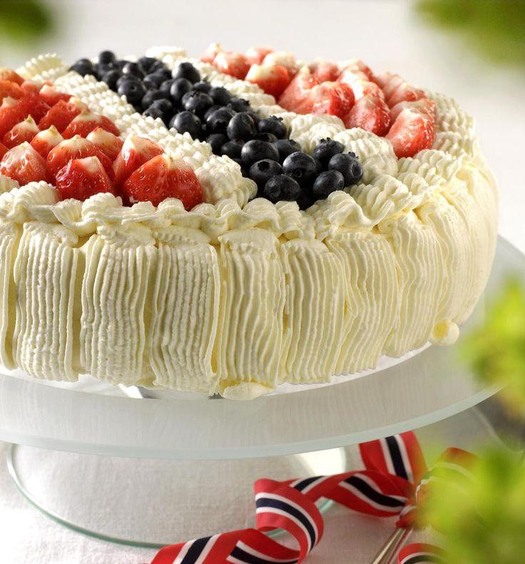 17. mai fortjener en riktig overdådig bløtkake med masse god krem og bær. Bruk bær fra fryseren eller kjøp friske bær. Pynt kaken med nasjonalfargene som du får i jordbær eller bringebær, og blåbær.