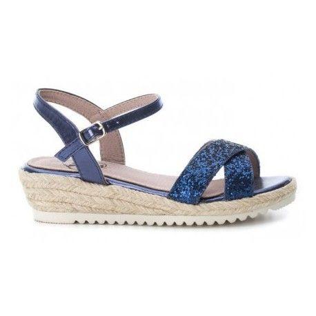 Sandalias con estilo propio . Zapato de cuña baja de esparto con tiras de glitter en color azul , cierre de hebilla para una mejor sujeción .