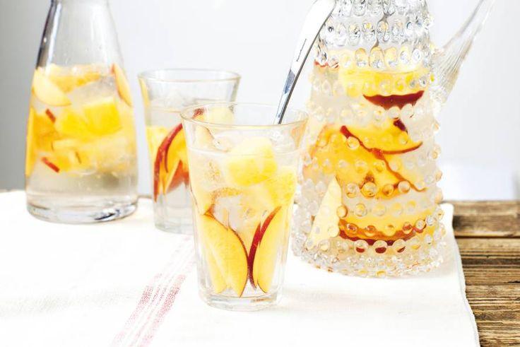 Maak sangria deze keer met witte wijn en lemon. Snijd verse ananas en nectarines voor erin - Recept - Witte sangria - Allerhande