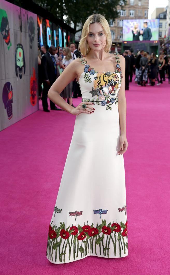 A Margot Robbie le gusta lucir vestidos con motivos florales como este de Gucci
