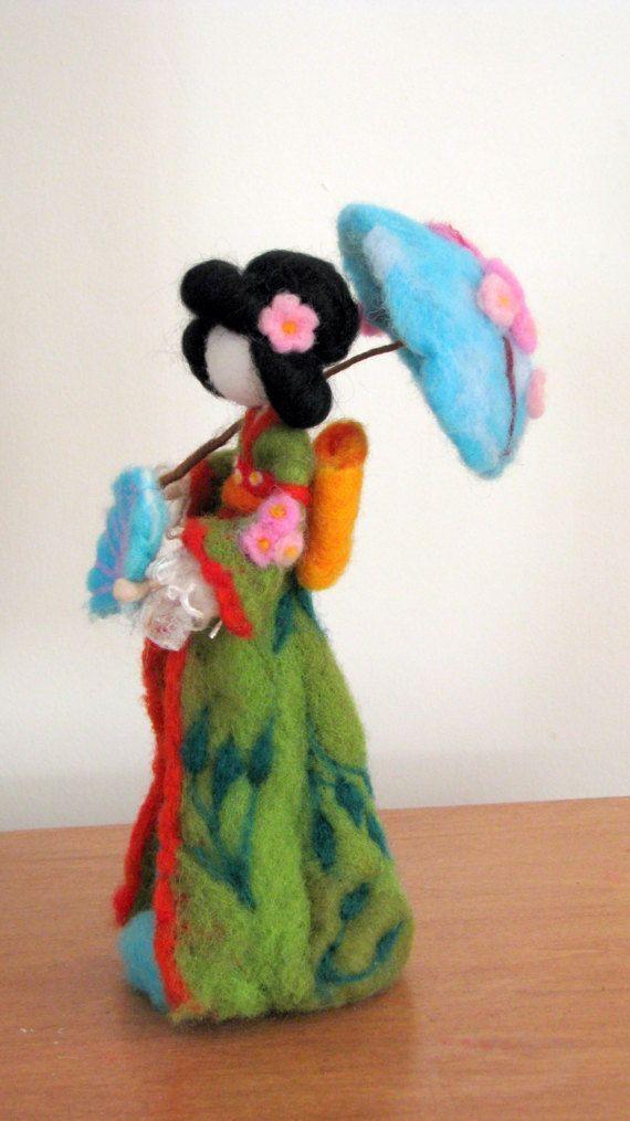 Aguja de fieltro muñeca geisha, Waldorf inspirado, altura unos 10. Muñeca de arte.  Ella es llena de amor, felicidad y silencio, aportando carácter a su nueva casa. Ella hacer a alguien feliz como un presente, ser una buena decoración o una parte de la mesa de la naturaleza.  Gracias por visitar mi tienda!!!!  Arte muñeca Geisha de la muñeca Waldorf inspirado aguja fieltro geisha hogar decoración flor de Sakura  Por favor vea las políticas de mi tienda para obtener más información: http:/...