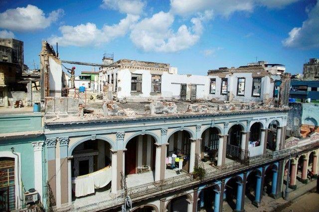 Cae turismo de Cuba golpeado por huracán Irma y Trump - Un hombre trabaja en la terraza de un edificio con la fachada colapsada por el paso del huracán Irma por la Habana (Cuba) el 13 de septiembre de 2017. REUTERS/Alexandre Meneghini LA HABANA (Reuters) – El turismo a Cuba, uno de los pocos puntos positivos de su debilitada economía, ha caído d... - https://notiespartano.com/2018/01/30/cae-turismo-cuba-golpeado-huracan-irma-trump/