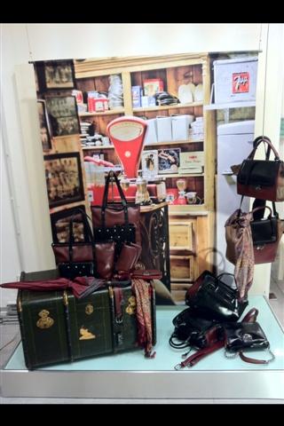 Una vetrina che esalta le borse Caleidos nei toni bordeaux, burgundy e nero #borse #black #bordeaux #burgundy