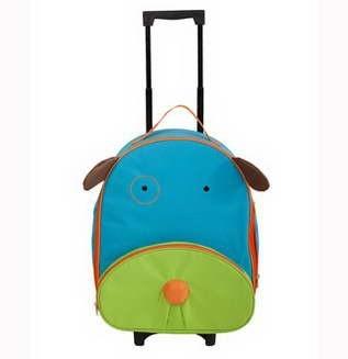 Trolerul Dog este o geanta de voiaj pentru copilul dumneavoastra.  Geanta este fabricata din materiale de inalta calitate.  Geanta de transport are un maner si roti, astfel incat copilul dumneavoastra poate trage fara a fi carat in spate.