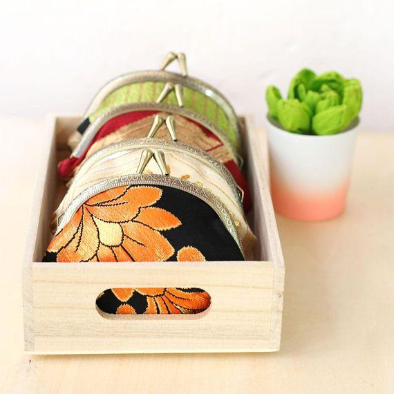 Una moneda a mano monedero reciclado de premium vintage tela de kimono japonés obi. Tela baja: obi de seda japonesa vintage Patrón: Flor en verde y rojo Guarnición: Tela de algodón japonés Hardware: 4 estructura de metal, cierre de kisslock Dimensión: 4 x 4″ x 1″ Esta es nuestra solución para hacer y crear en un cercano cero residuos de proceso. Los recortes y trozos más pequeños se convierten en accesorios más pequeños. Este listado está para el bolso en la foto y usted recibirá el…