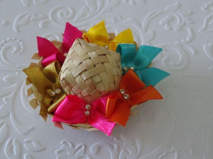 Mini chapéu de palha decorado para arraiá.  O chapéu vai fixado no arquinho ou na meia de seda para bebê.