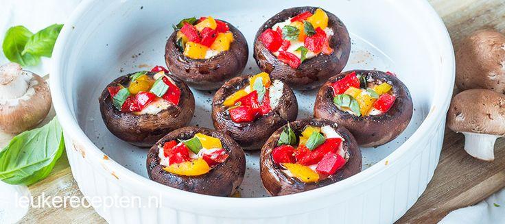 Super makkelijk vegetarisch hapje of bijgerecht van gevulde champignons met geitenkaas en paprika