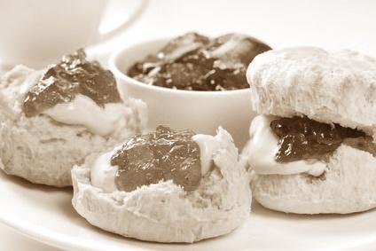 High Tea Nijmegen €17,50 •Twee kopjes thee •Een glas verse jus d'orange •Mini broodje belegd met gerookte kip, bacon en een kruiden-mayonaise •Focacciabrood belegd met carpaccio en pesto •Focacciabrood belegd met Italiaans gemarineerde aubergine en tomaat. • Ciabatta belegd met parmaham en roomkaas •Ciabatta belegd met gerookte zalm en kruiden-mayonaise. •Scones met jam en room •Mini brownies en muffins