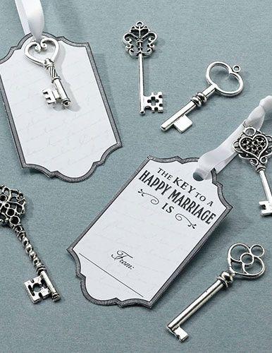 Incredibilmente uniche nel loro genere, eleganti e di sicuro effetto, le chiavi in metallo argentato con targhetta. Consegnale ai tuoi ospiti per farti lasciare una dedica… le potrai successivamente incorniciare per decorare la tua casa e ricordarti del grande giorno. Sulle targhette c'è la scritta in inglese The key to a happy marriage is (La chiave per un matrimonio felice è), frase che lascerà scorrere la fantasia di chi avrà la penna in mano!
