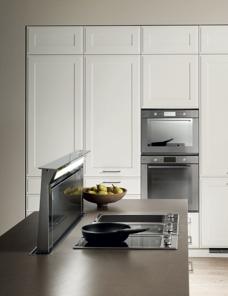 Trendy high-tech details: a Downdraft hood, which disappears completely into the worktop, a cooking area comprising glass-ceramic modules and a sink integrated into the worktop. Comfort and styling appeal are in fact the key features of this Favilla configuration. Shabby chic kitchen ideas.