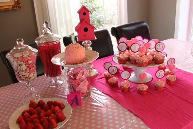 Super cute #pink party table and #cupcakes  #valentinesday