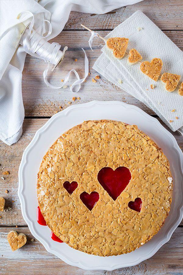 Kuchen zum Valentinstag Bienenstich mit ausgestochenen Herzen als Dekoration