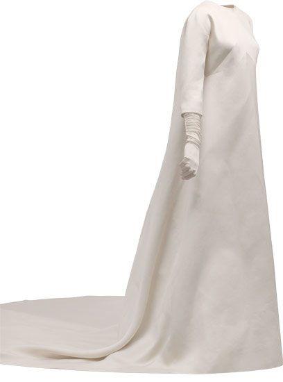 Vestido de novia en gazar de color marfil  1968  Donación de doña Maite Kutz.