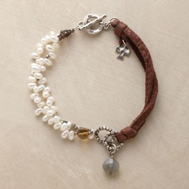 Cuero y perlas