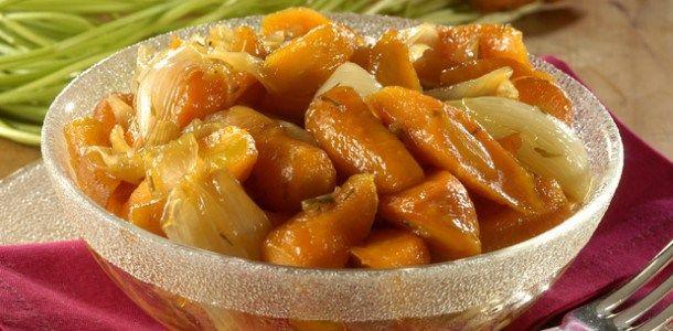 Ingredientes  6 cenouras 8 cebolas cortadas em quatro 3 colheres (sopa) de açúcar 2 ramos de tomilho 3 colheres (sopa) de manteiga Sal e pimenta-do-reino a gosto    Modo de