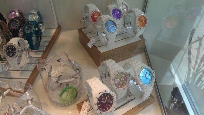 Witte horloges met gekleurde wijzerplaten. s.Oliver