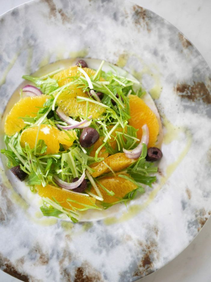 オレンジから自然に出る果汁とオリーブオイルで十分おいしく仕上がるので、ドレッシングは不要。その代わり、オリーブオイルはちょっといいものを使って! |『ELLE gourmet(エル・グルメ)』はおしゃれで簡単なレシピが満載!