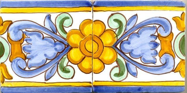 Azulejos decorados en azul y amarillo