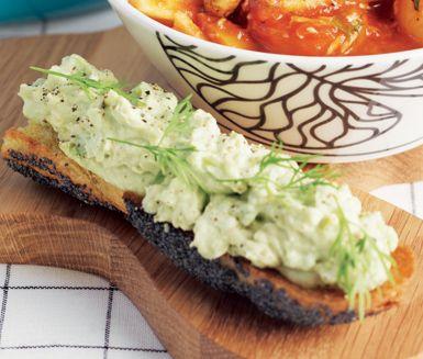 Grillad avokadomacka passar lika utmärkt till picknickkorgen som till en mustig rotfruktsgryta. Avokadoröran med citronjuice och färskost smälter i munnen och smakar fantastiskt tillsammans med de krispiga baguetterna.