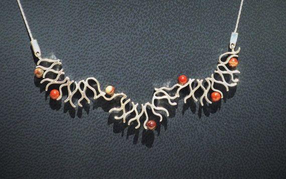 Hey, j'ai trouvé ce super article sur Etsy, chez https://www.etsy.com/fr/listing/455331246/pendentif-vagues-perles-de-jaspe-rouge
