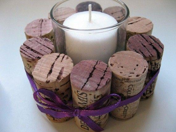 Wijnkurken zijn gewikkeld rond een duidelijk votief houder en gebonden met een mooie paarse strik. Een kurk bodem is toegevoegd voor ondersteuning. De uiteinden van veel van de kurken van de rode fles wijn die ze zijn ontstaan in zijn gekleurd en echt goed uitzien met het lint. Dit zou mooi op een buffet tafel, de mantel, zowat overal u zou willen toevoegen een beetje sfeer. Wordt geleverd met 2 witte kaarsen (kan variëren van die afgebeeld).  Kurken zijn allemaal natuurlijke en…