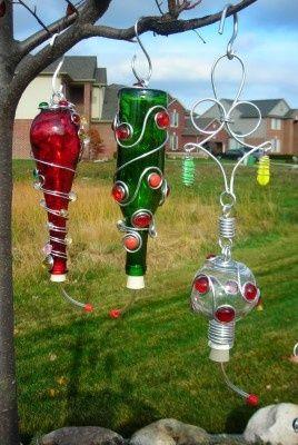Humming bird feeders made from old wine bottles - ingen kolibrier på disse breddegrader... men dekorationerne ville også være fine på vinflaske-lanterner