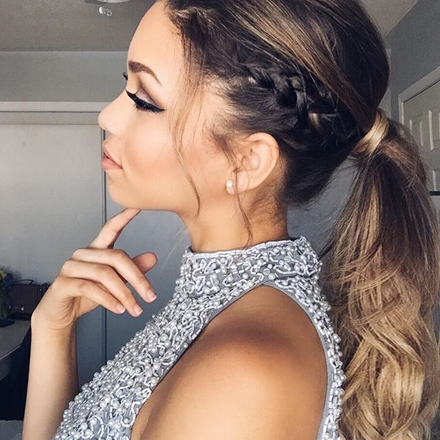 Loving this elegant ponytail that falls into loose curls!!