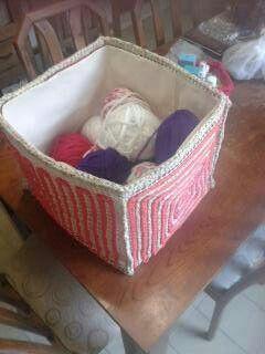 Caja para los ovillos, hecha con totora
