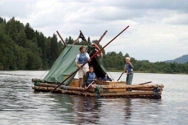 Bijzonder overnachten op je zelfgebouwde houtvlot in Zweden