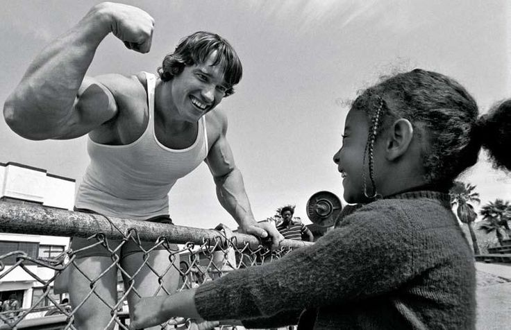 Arnold Schwarzenegger flexing his muscles for an excited fan (1970s) http://ift.tt/2wlkKK1
