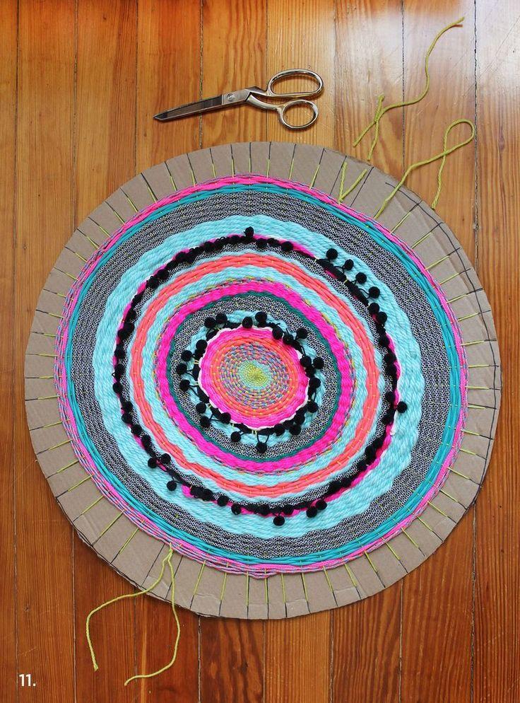 An other example of circular weaving with a cardboard / Un autre exemple de tissage circulaire sur carton