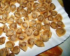 """La cucina di Marina Per il ripieno: 350 grammi di carne di manzo; 350 grammi di carne di maiale magra; 350 grammi di petto di tacchino; 50 grammi di parmigiano grattugiato;   2 uova intere: 2mezzo bicchiere di olio extra vergine d'oliva; 30 grammi di burro; sale, pepe, noce moscata a piacere; sedano, carota e cipolla. Per la sfoglia: 8 uova ; 800 grammi di farina """"0""""; un pizzico di sale;"""