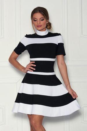 Prúhované šaty áčkového strihu so stojačikom, s možnosťou rozopnutia na zips v zadnej časti, s 3/4 áčkovým rukávom. Vhodné na príležitosť či na bežné nosenie.