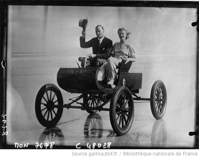 Sir Malcolm Campbell sur une voiture de 1901 sur la plage de Daytona : [photographie de presse] / Acmé
