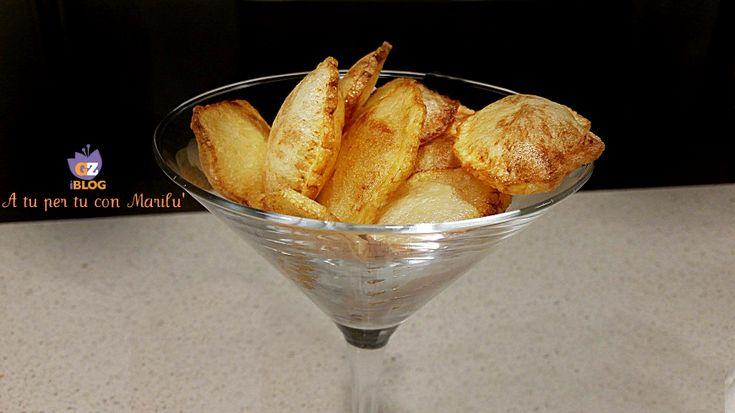Le Patate soffiate sono un contorno scenografico. Fette di patate fritte in olio a diverse temperature che permette ai due lati di dividersi riempiendosi di aria.