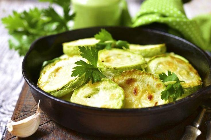 Le zucchine in padella sono un contorno sfizioso e veloce da preparare. Ecco la ricetta e le varianti al pomodoro, con cipolla e con pangrattato