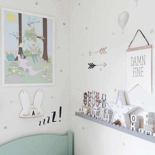 ● stick it ● Tavlan blev snabbt en favorit hos A, kul att kika på alla fina detaljer och ge figurerna namn. Och det här med att sätta ihop bokstäver det är grejen just nu ☆ _____________________________ #kreativitum #stickstay #thatsminedk #scandinavianeco #instahjem #lagerhaus #jollyroom #designletters #designletterskidsstylingss16