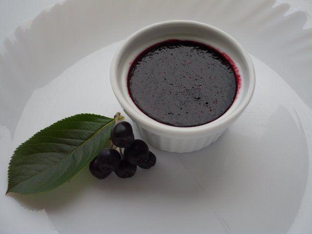 Das perfekte Aronia-Weintraubenmarmelade-Rezept mit Bild und einfacher Schritt-für-Schritt-Anleitung: Aroniabeeren verlesen und gut waschen.......mit dem…