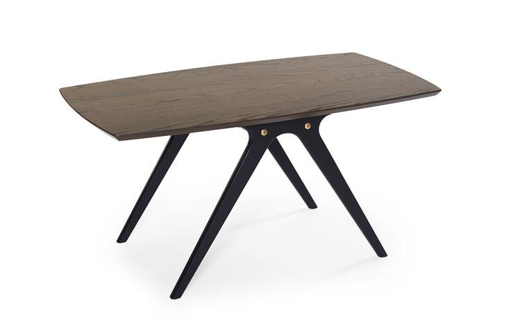 Soffbord Swing med bordsskiva i rökt ek och svart underrede, är ett svensktillverkat bord i retrostil.