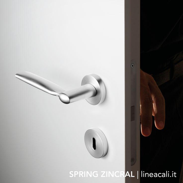 Spring Zincral | Curious lines, vertically compressed, enhance all environments just as an admiration mark (synonymous for exclamation) gives emphasis to a sentence - - - Linee curiose, compresse verticalmente, esaltano ogni ambiente come un punto ammirativo (s. esclamativo) dona enfasi a una frase. #handles #doorhandle #doorhandles #lineacali #maniglie #round #design#brass #klamki #ручки #manillas #klinken