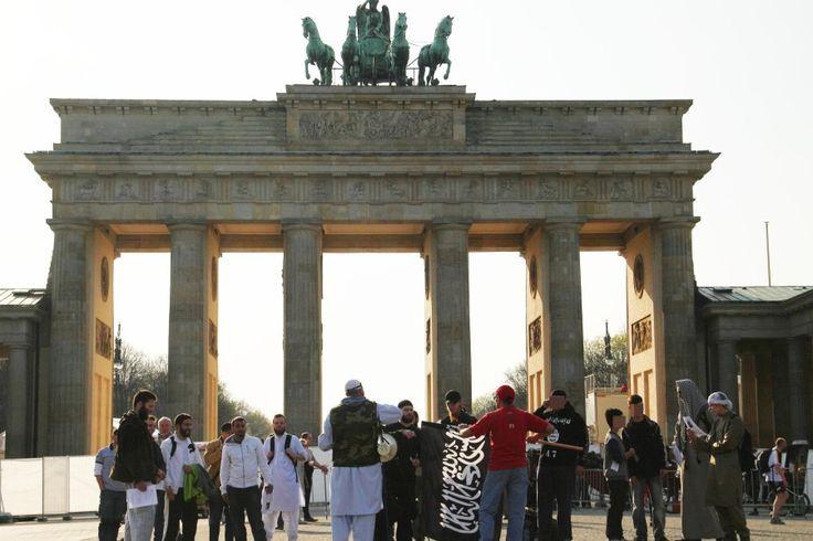 Innenminister de Maizière verbietet die Terrorgruppe Islamischer Staat. Er setzt damit ein Zeichen, dem weitere folgen müssen. Der Hauptkampfplatz gegen den Islamismus muss in Deutschland liegen.